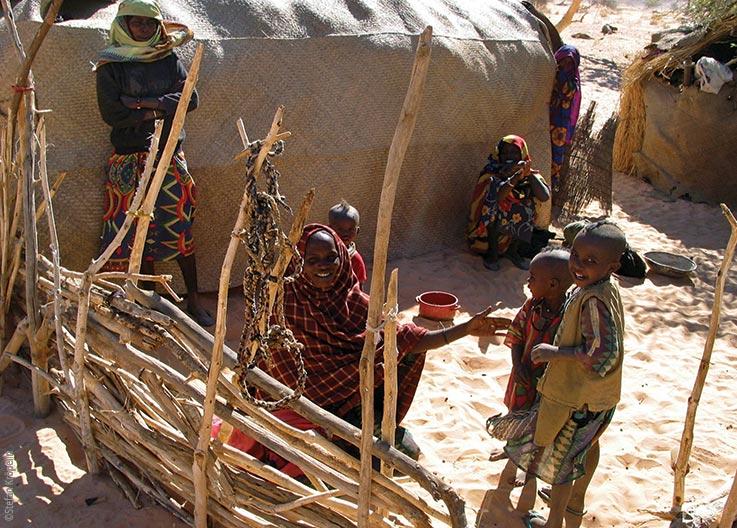 Das Ennedi Massiv, Frauen und Kinder vor ihrer Hütte, Explore Chad