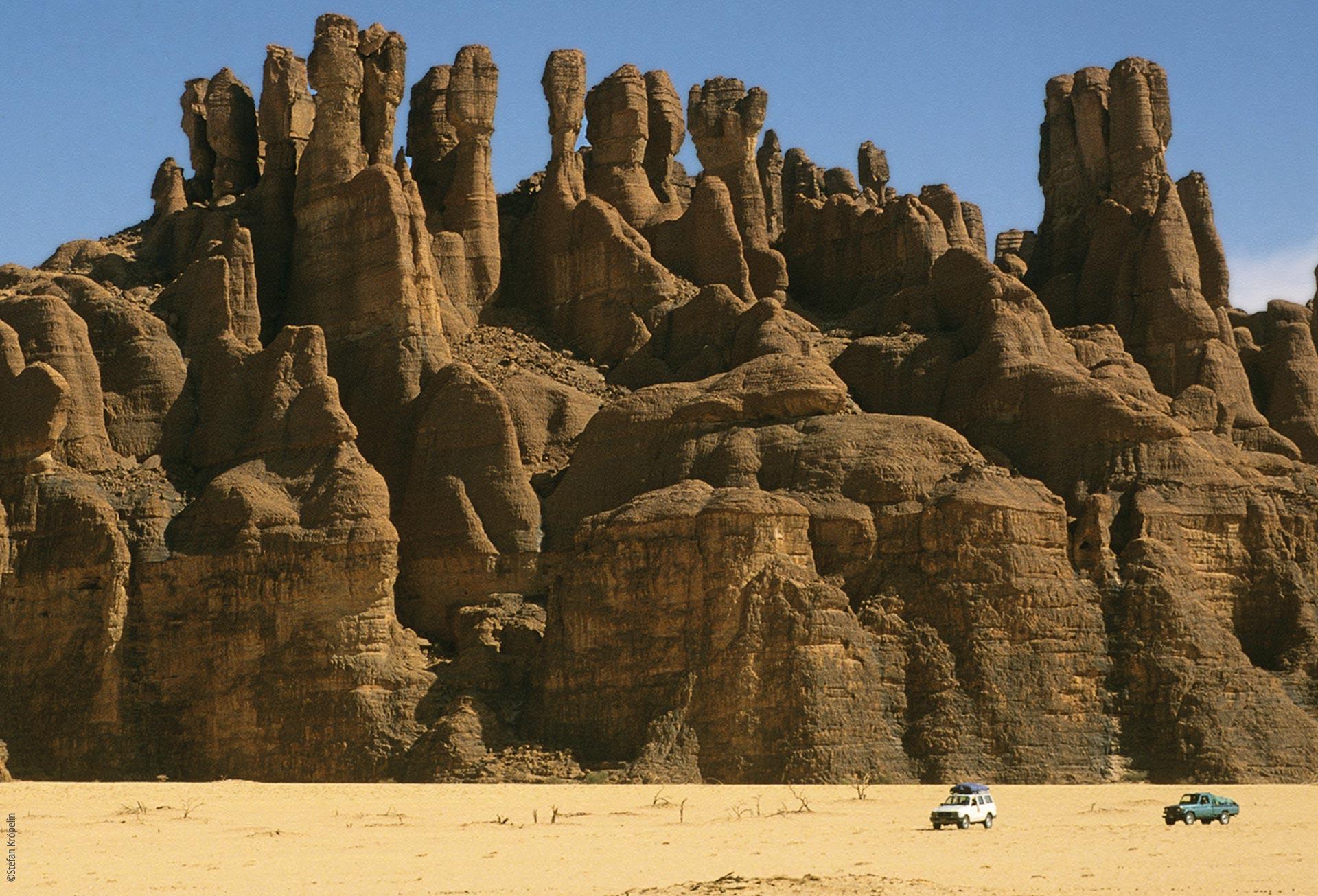 Das Ennedi Massiv, Expeditionsfahrzeuge vor dem Massiv, Explore Chad
