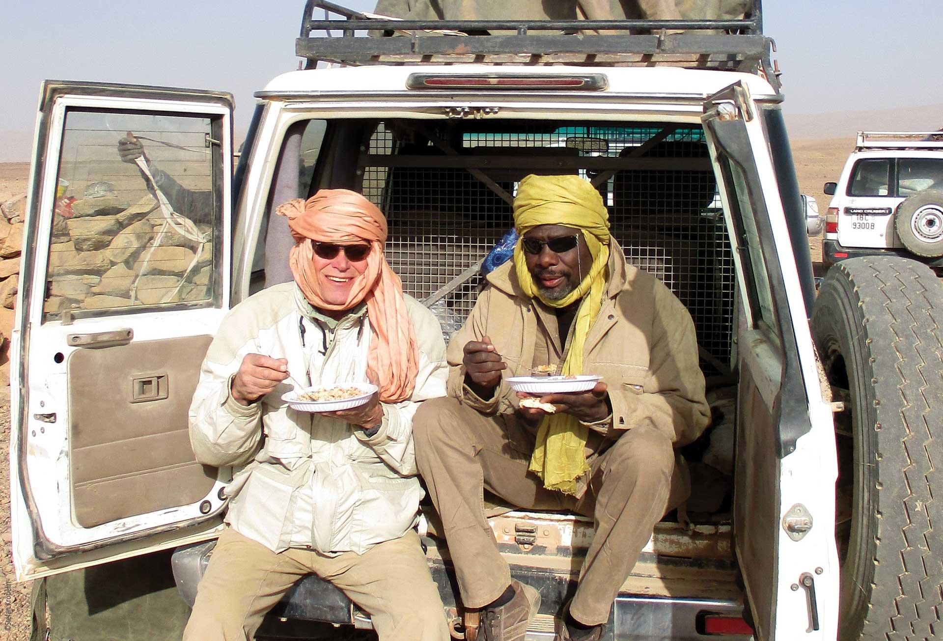 Forschungen und Expeditionen im Norden des Tschad, Stefan Kröpelin und Baba Mallaye während einer Pause, Explore Chad