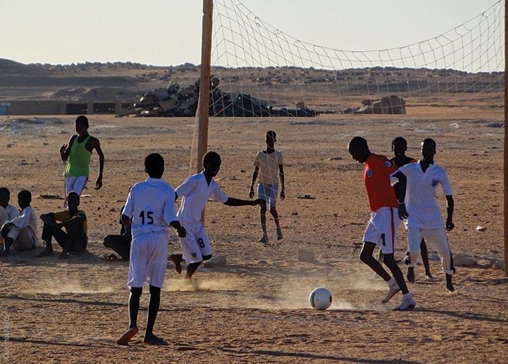 Die Seen von Ounianga, fußballspielende Jugendliche, Explore Chad