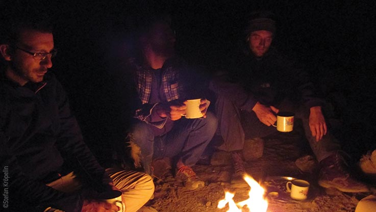 Expedition nach Ounianga, Expeditionsteam am Lagerfeuer, Explore Chad