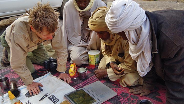 Expedition nach Ounianga, Expeditionsteilnehmer studieren Karten der Region am Laptop, Explore Chad