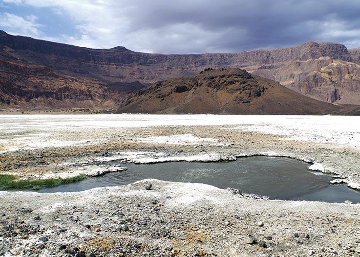 Das Tibesti Gebirge, Trou au Natron, Salzkruste und Themalquellen, Explore Chad
